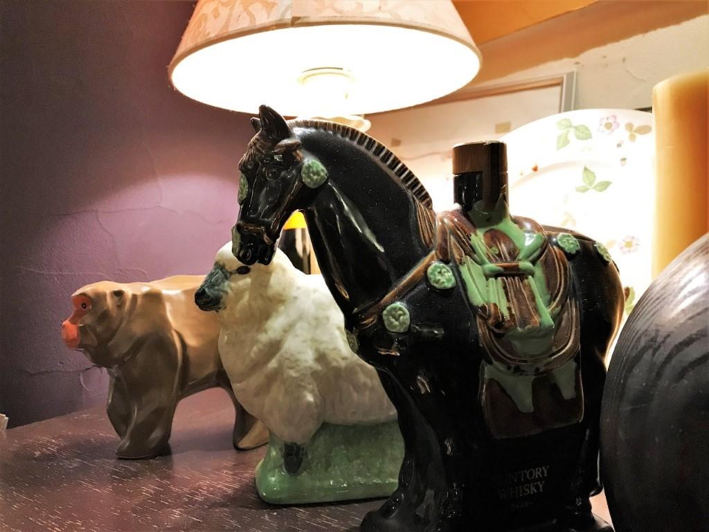 屋内, 立つ, テーブル, 犬 が含まれている画像  自動的に生成された説明