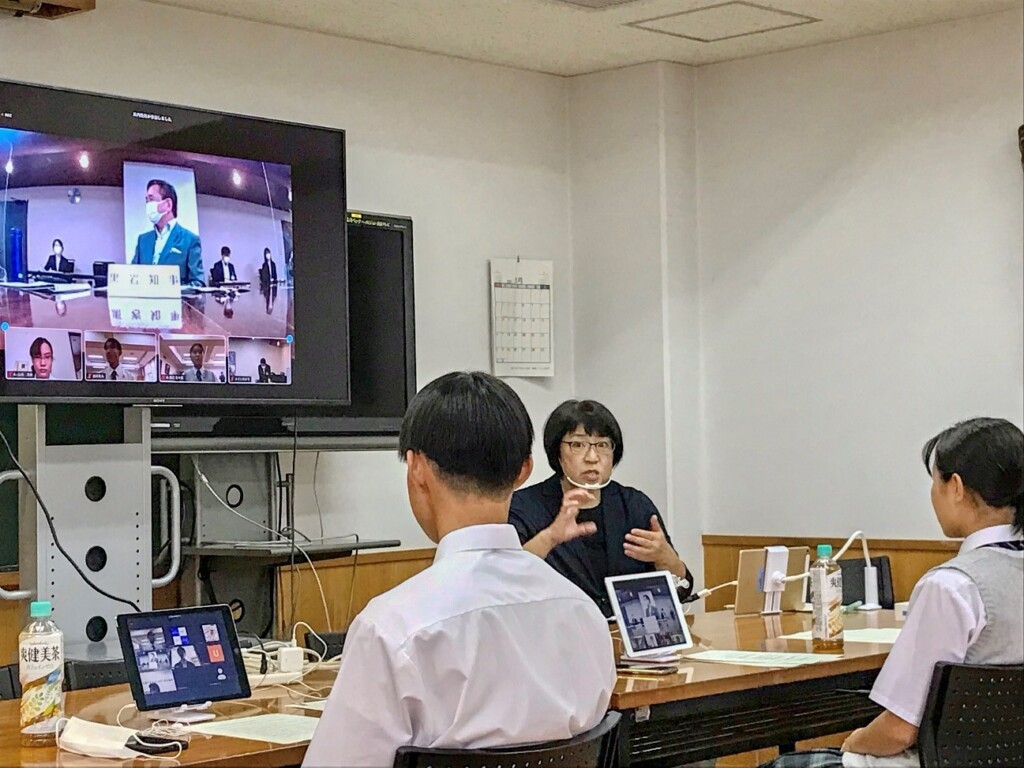 Photo of a video conference with a sign language interpreter